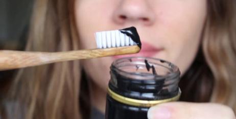 lavarse-los-dientes-con-carbón-activado.jpg