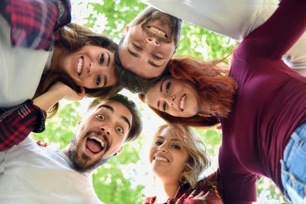 amigos-circulo-cabezas-juntas-sonriendo_1139-613.jpg